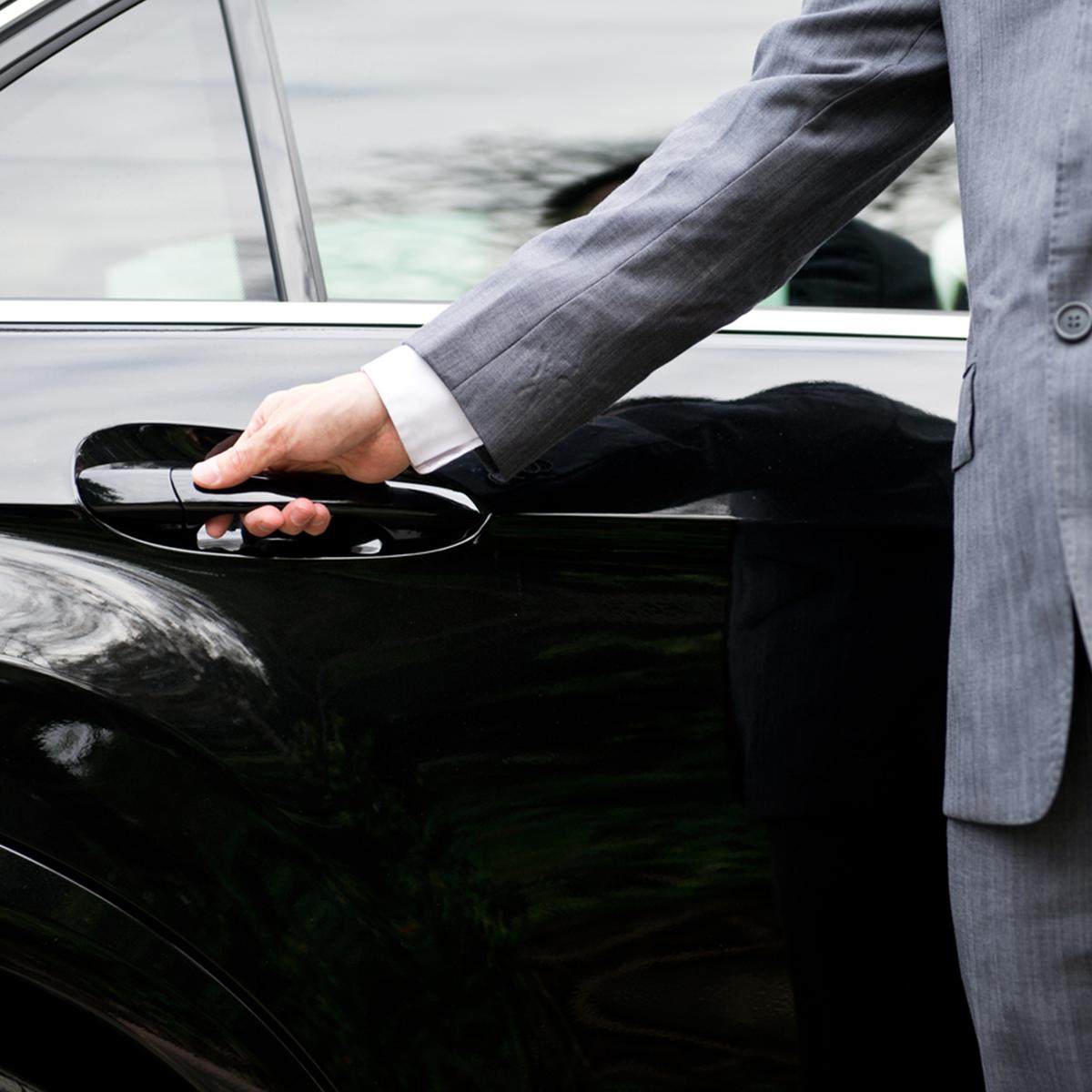 Mietwagenservice mit Chauffeur von Taxi Deluxe